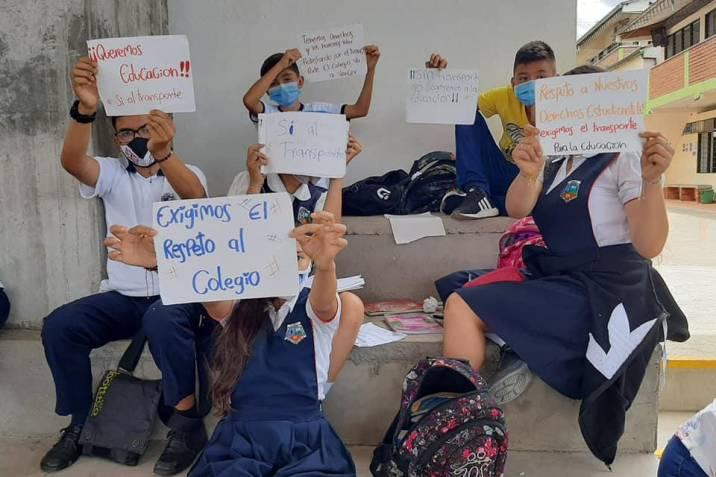 Estudiantes de Curití protestaron tras ser suspendido el servicio de transporte escolar para zona rural